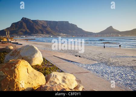 Vue sur la Montagne de la table à partir de la plage de Milnerton, Cape Town, Western Cape, Afrique du Sud Banque D'Images