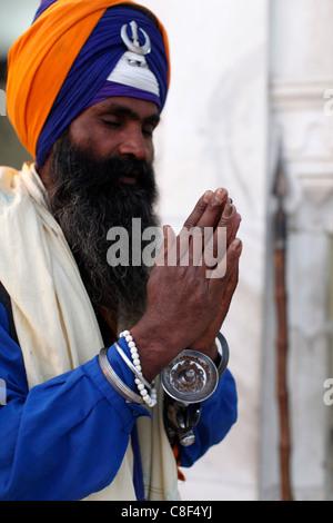 Soldat Sikh Gurdwara Bangla Sahib en priant, New Delhi, Inde Banque D'Images