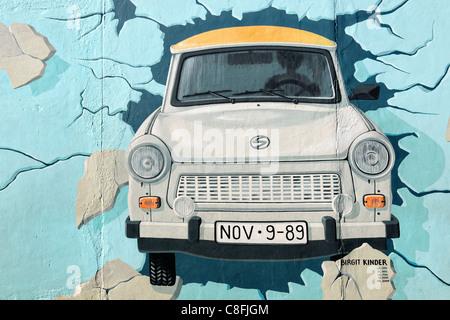 Fresque de voiture Trabant brisant le mur de Berlin Banque D'Images