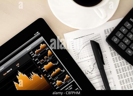 En stock exchange office de bureau avec un ordinateur tablette graphique montrant stock market. Banque D'Images