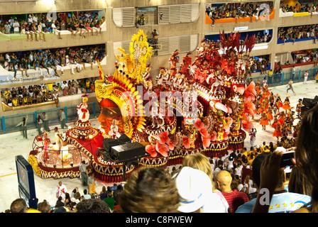 Salgueirol flotteurs et l'école de samba dancers in Sambodrome pour le carnaval 2010. Rio de Janeiro, Brésil Banque D'Images