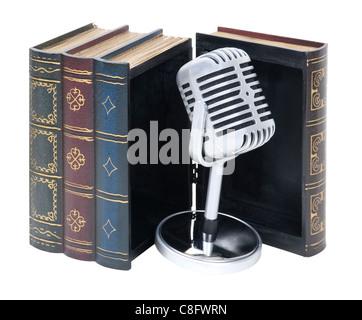 Livres audio illustré par un microphone audio comprimé rétro dans un livre en bois - chemin inclus Banque D'Images