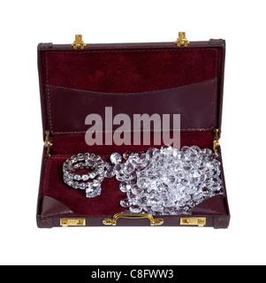 Diamant illustré par bague de fiançailles en diamants avec des diamants non sertis dans un porte-documents: chemin inclus Banque D'Images
