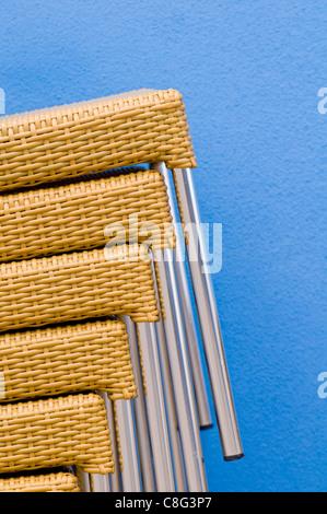 Chaises empilées contre le mur d'un bleu extérieur restaurant dans la ville de Sortland en Norvège Banque D'Images