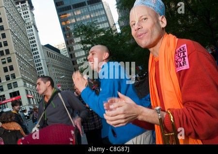 New York, NY - 23 octobre 2011 - Les amateurs de Hare Krishna rejoindre les manifestants anti-Wall Street sur la place de la liberté, Zuccotti Park. Occupy Wall Street