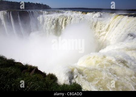 Vue de la Garganta del Diablo (Gorge du Diable, les chutes d'Iguaçu du côté argentin, UNESCO World Heritage Site, Banque D'Images