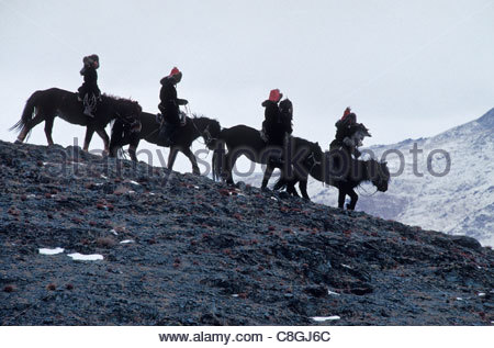 Un groupe de chasseurs eagle kazakhs de retour d'une chasse d'hiver. Banque D'Images
