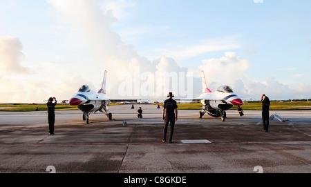 Thunderbird F-16 Faucon Fighting du taxi de l'escadron de démonstration aérienne de la US Air Force sur la base aérienne d'Andersen, Guam, ligne aérienne le 5 octobre 2009. L'AFB d'Andersen a dû reprogrammer son spectacle aérien à partir du 30 septembre en raison d'un certain nombre de tempêtes tropicales.