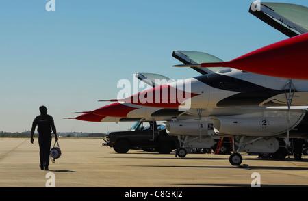 Les responsables des Thunderbird de la Force aérienne terminent les inspections préalables sur les faucons de combat F-16 de l'équipe de démonstration aérienne le 5 novembre 2010, à la base aérienne de Lackland, Texas. Les Thunderbirds ont effectué un spectacle aérien les 6 et 7 novembre à l'AirFest 2010 de la Lackland AFB.