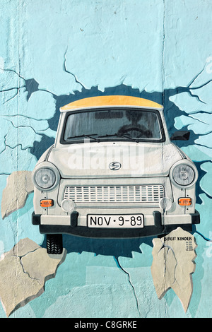 Fresque de voiture Trabant brisant au mur de Berlin East Side Gallery à Berlin, Germany, Europe Banque D'Images