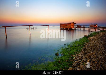 Cabane sur pilotis dans le Delta de l'Axios (aussi connu comme 'Vardaris') Rivière, Thessalonique, Macédoine, Grèce Banque D'Images