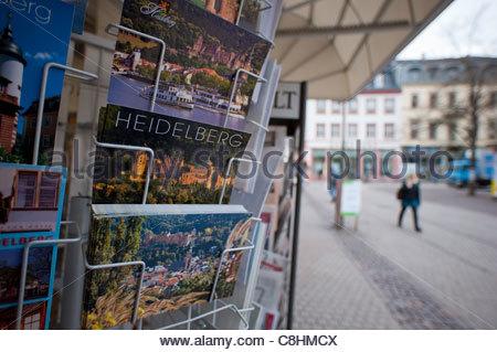 Cartes postales sur un rack de plein air à Heidelberg. Banque D'Images