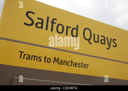 Un arrêt de tramway jaune vif signe à Salford Quays Manchester Metrolink, sur la Manchester, Lancashire, Royaume Banque D'Images
