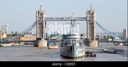 Le HMS Belfast une partie de l'Imperial War Museum amarré en permanence dans le bassin de Londres comme une attraction Banque D'Images
