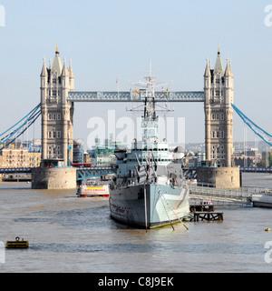 Croiseur HMS Belfast partie d'Imperial War Museum amarré dans la Tamise dans le bassin de Londres avec tour emblématique Banque D'Images