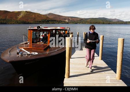 """Erwent """"Eau"""" [bateau], les balades touristiques sur la jetée en bois, [Lake District National Park], Cumbria, England, Banque D'Images"""