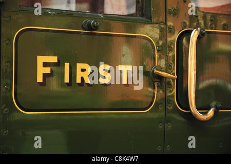 Signe de première classe sur un ancien wagon de chemin de fer de la porte au Bluebell Railway, Sussex, Angleterre. Banque D'Images