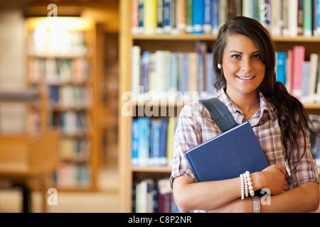 Portrait d'un étudiant posant avec un livre Banque D'Images
