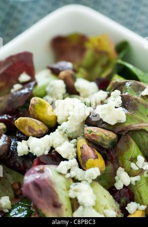 Salade verte à la pistache et au fromage bleu Banque D'Images