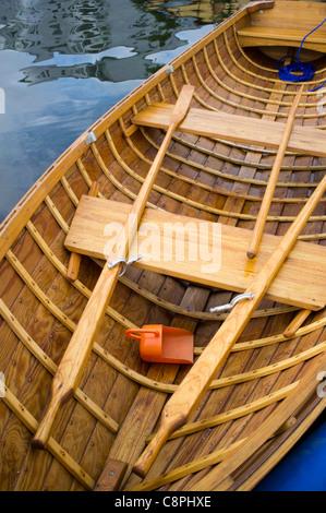 Avirons et de l'intérieur d'une barque traditionnelle en bois Banque D'Images