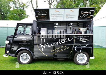 Vintage Citroen van qui a été converti en un Prosecco bar mobile.