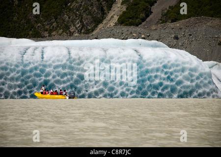 Les touristes s'approcher d'un iceberg dans le Glacier Tasman Lac Terminal, Nouvelle-Zélande Banque D'Images