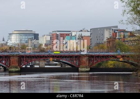À l'ouest le long de la rivière Clyde vers la ville et le déversoir à Glasgow