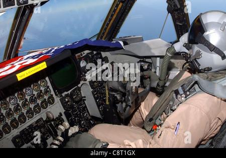 OPÉRATION LIBERTÉ IRAKIENNE -- UN co-pilote B-52 Stratoforteresse avec le 40ème Escadron de bombardement expéditionnaire effectue une mission au-dessus de l'Irak le 17 avril.