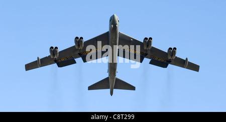 Deux bombardiers B-52 Stratoforteresse, comme celui présenté ici, ont terminé une sortie d'entraînement à longue distance de la base aérienne d'Andersen, Guam, à la chaîne d'armes aériennes de Delamere en Australie, dans le territoire du Nord, le 24 octobre. Les B-52, du 23e Escadron de la bombe expéditionnaire, font partie de la sortie de la « foudre verte », seulement la seconde de ce genre.