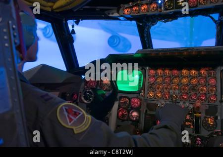 Le capitaine Joseph Babboni, 11Bomb Squadron, a utilisé l'un des deux simulateurs B-52 de la base aérienne de Barksdale, EN LOUISIANE, pour améliorer ses compétences en matière de ravitaillement en carburant. Le vol d'un bombardier Stratoforteresse B25 coûte environ 16,000 $ de l'heure. Le simulateur de vol coûte environ 400 $ de l'heure. Malgré les économies réalisées, toutes les formations ne peuvent pas être effectuées dans un simulateur, car le même niveau de fidélité peut être reproduit pour simuler certains scénarios et conditions d'événement.