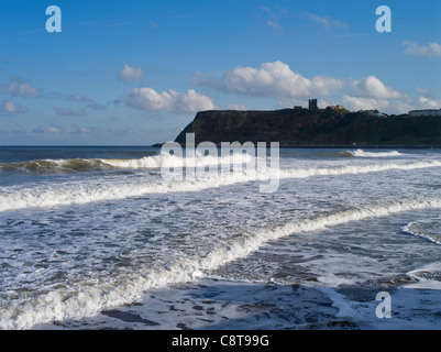 Dh North Bay SCARBOROUGH NORTH YORKSHIRE Surf vagues se brisant sur le rivage et Scarborough Castle sea pointe uk Banque D'Images