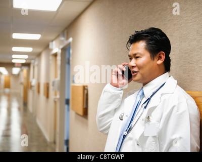 USA, Utah, Ogden, Portrait of doctor talking on mobile phone Banque D'Images