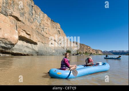 La mère et l'enfant aime la pagaie Oranje River à Noordoewer Namibie Banque D'Images
