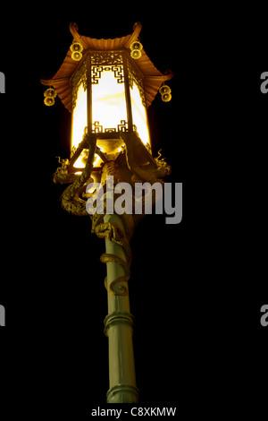 Lampadaire de rue chinois avec des sculptures de Dragon dans le quartier chinois de San Francisco Banque D'Images