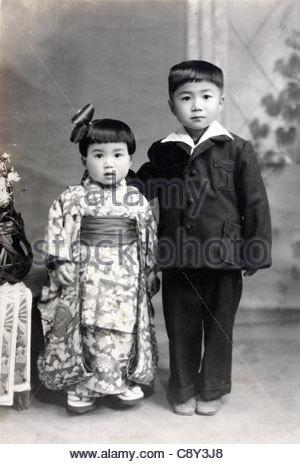 Fille de trois ans compose pour sa célébration avec San Shichi go 5 ans frère Japon 1950 Banque D'Images