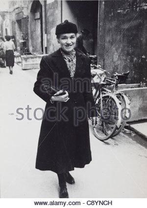 Femme marche dans la rue France Banque D'Images