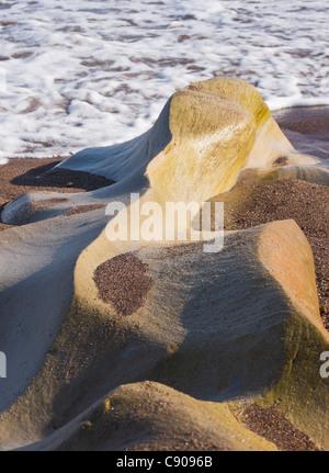 Northumberland - Spittal beach, au sud de Berwick-on-Tweed, ville de bord de mer. Des rochers de grès érodées. Banque D'Images