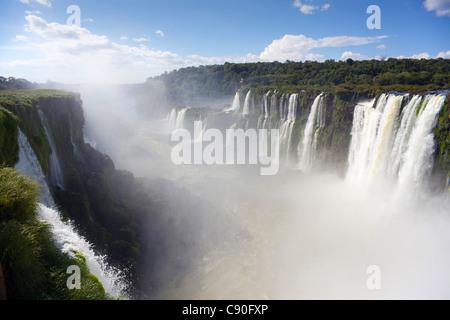 Iguazu Falls view à partir de la Garganta del Diablo pour le côté Brésilien des chutes Iguazu Argentine Misiones Banque D'Images