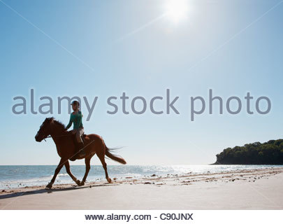 Girl riding horse sur la plage Banque D'Images