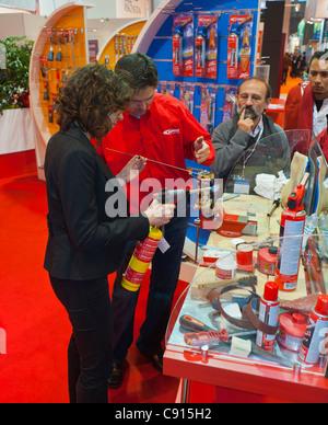Paris, France, les matériaux de construction Batimat Trade Show, 'Guilbert Express Corp.' outils de soudure, Man Banque D'Images