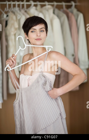 Woman picking vêtements de penderie Banque D'Images