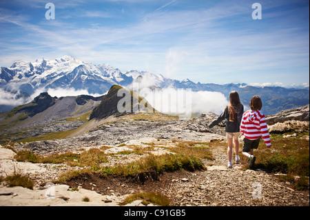 Les enfants marchant dans un paysage rocheux Banque D'Images
