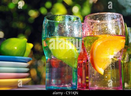 Boissons fruitées en verres colorés Banque D'Images