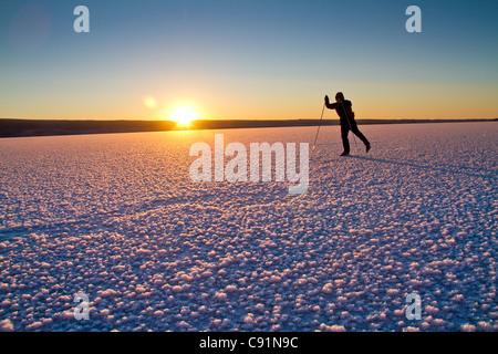 Nordique homme patinoire sur le lac Skilak congelé, péninsule de Kenai, Southcentral Alaska, Winter Banque D'Images