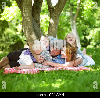 Family having picnic ensemble Banque D'Images