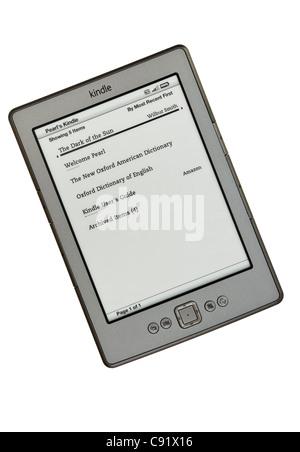Nouveau Amazon Kindle wifi ebook reader livres liste page sur un fond blanc. En Angleterre, Royaume-Uni, Angleterre Banque D'Images