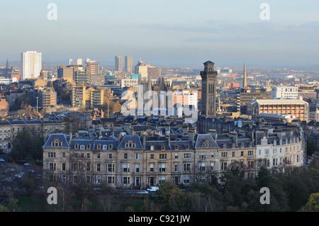 À l'est vue sur les toits de la ville de Glasgow en Ecosse. Il y a divers points de repère avec Park Circus à l'avant Banque D'Images