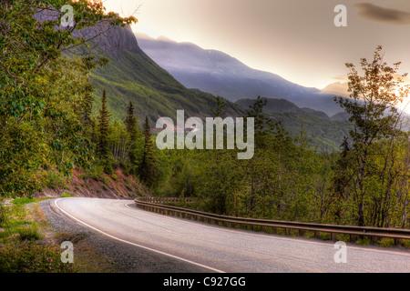 Vue de l'autoroute Glenn qui serpente à travers les montagnes sur le chemin de Glennallen, Southcentral Alaska, Banque D'Images