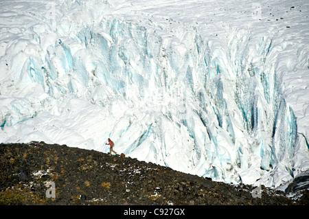 Femme randonnée sur le sentier du Col-de-Corbeau en face de Raven, Glacier, Southcentral Alaska Chugach, automne Banque D'Images