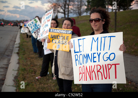 Auburn Hills, Michigan - les gens à l'extérieur du piquet débat présidentiel républicain à Oakland University. Candidat Mitt Romney avait déjà suggéré que les constructeurs automobiles devraient être autorisés à faire faillite.